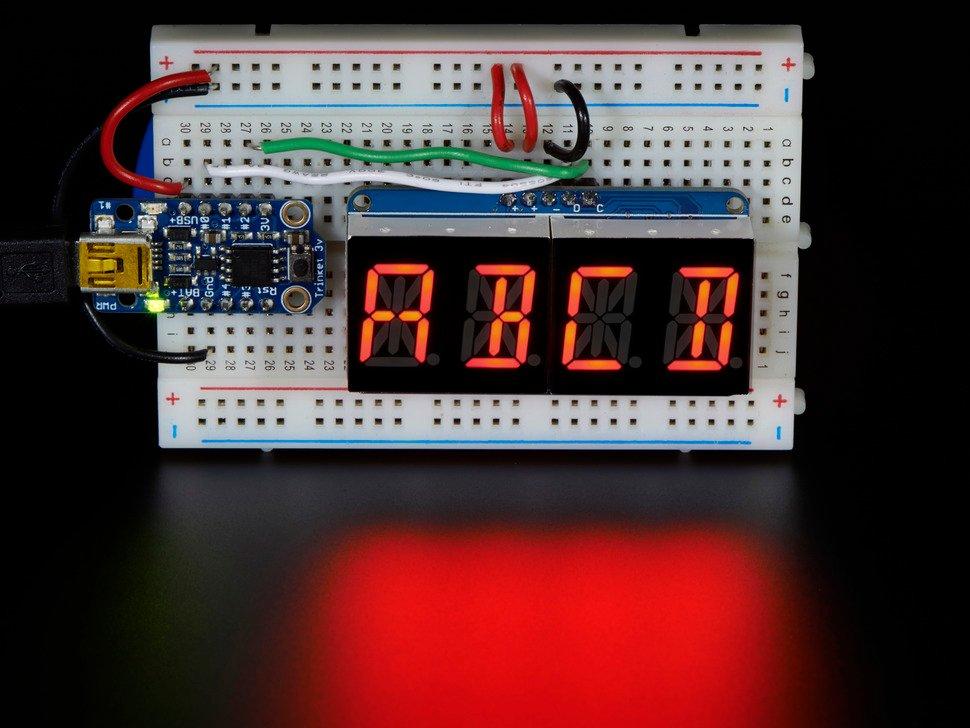 """顯示屏連接到麵包板上的Arduino,顯示"""" ABCD"""""""